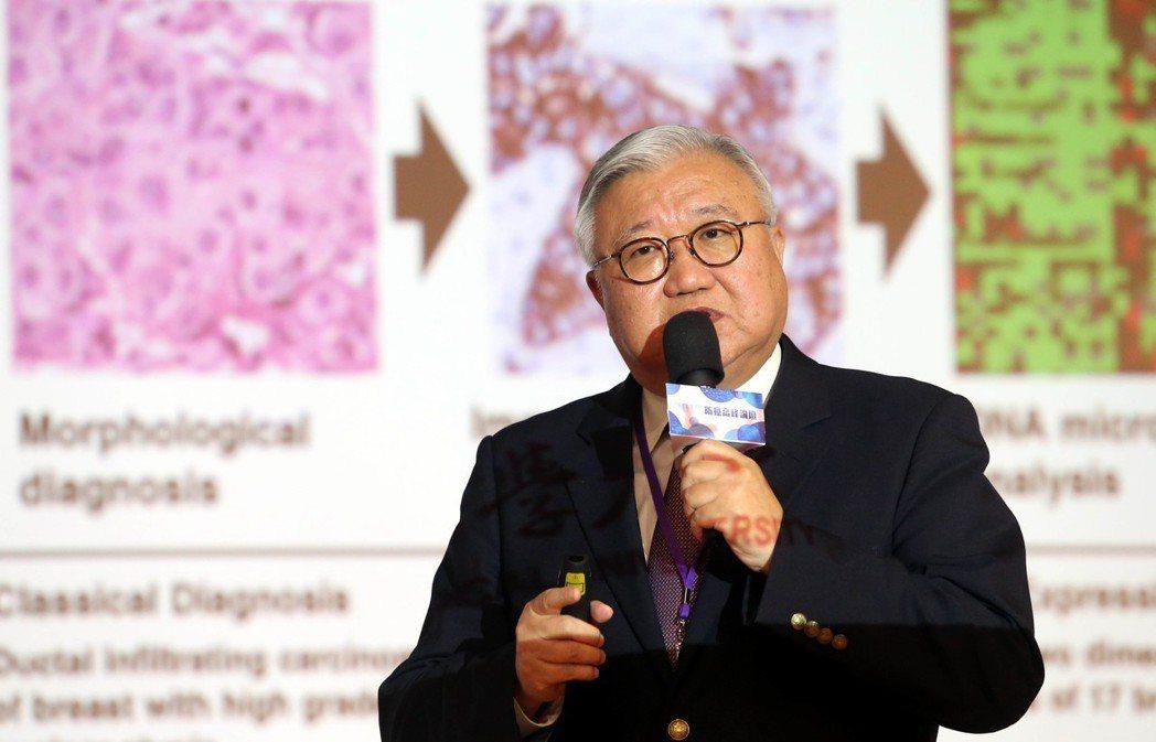 癌症醫學會理事長閻雲上午發表「AI智慧醫療在癌症篩檢和治療上的創新應用」。 記者...