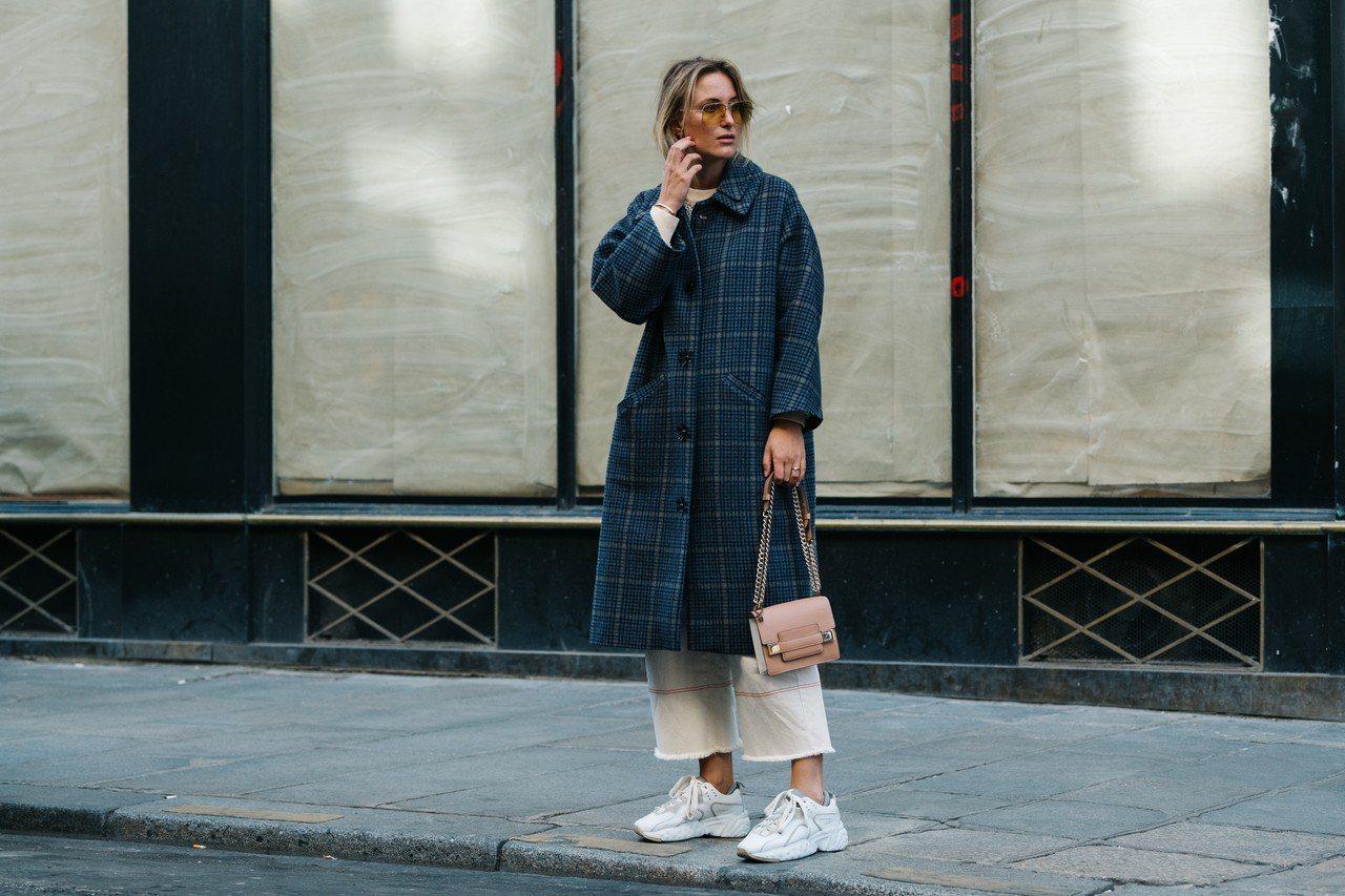 荷蘭網紅Rebecca Laurey街拍選用Madame小型鍊袋包,價格店洽。圖...