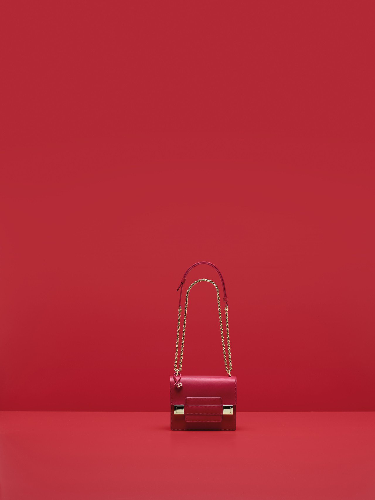 Madame覆盆莓紅小型鍊帶肩背包,價格店洽。圖/DELVAUX提供