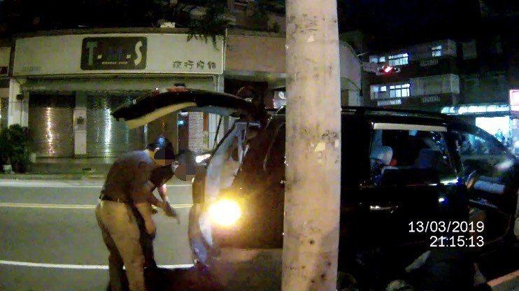 警方聯繫上汽車修配店家到場換輪胎,警民合作讓李女一家三口順利返家用餐。記者林佩均...