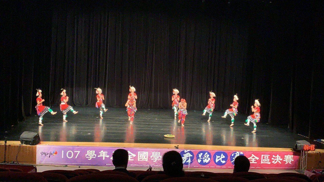 花蓮高商原舞社參加全國學生舞蹈比賽,以優異表現再獲民俗舞丙組冠軍。圖/花蓮高商提...