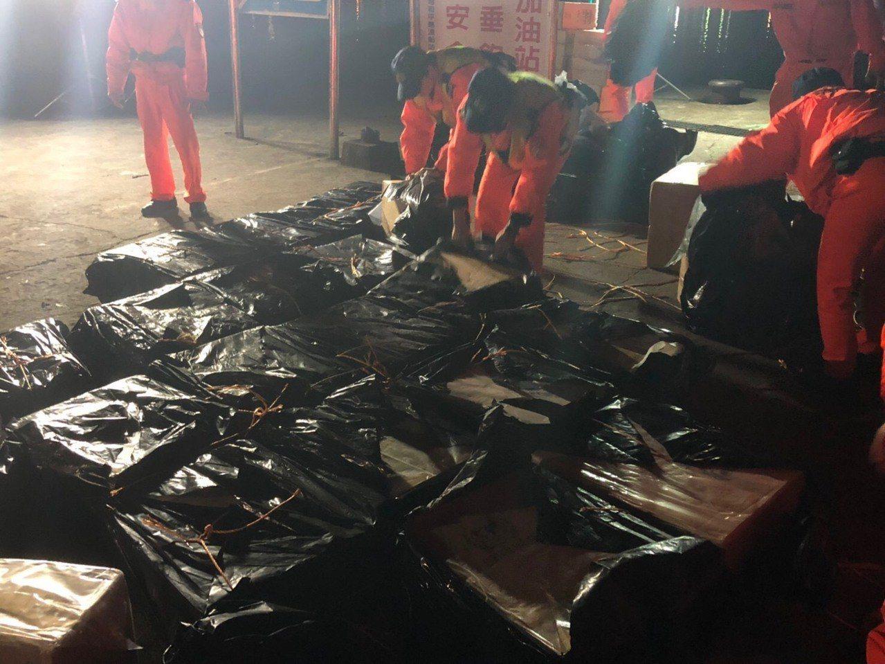 海巡查獲600箱私菸,市價2千多萬元。記者游明煌/翻攝