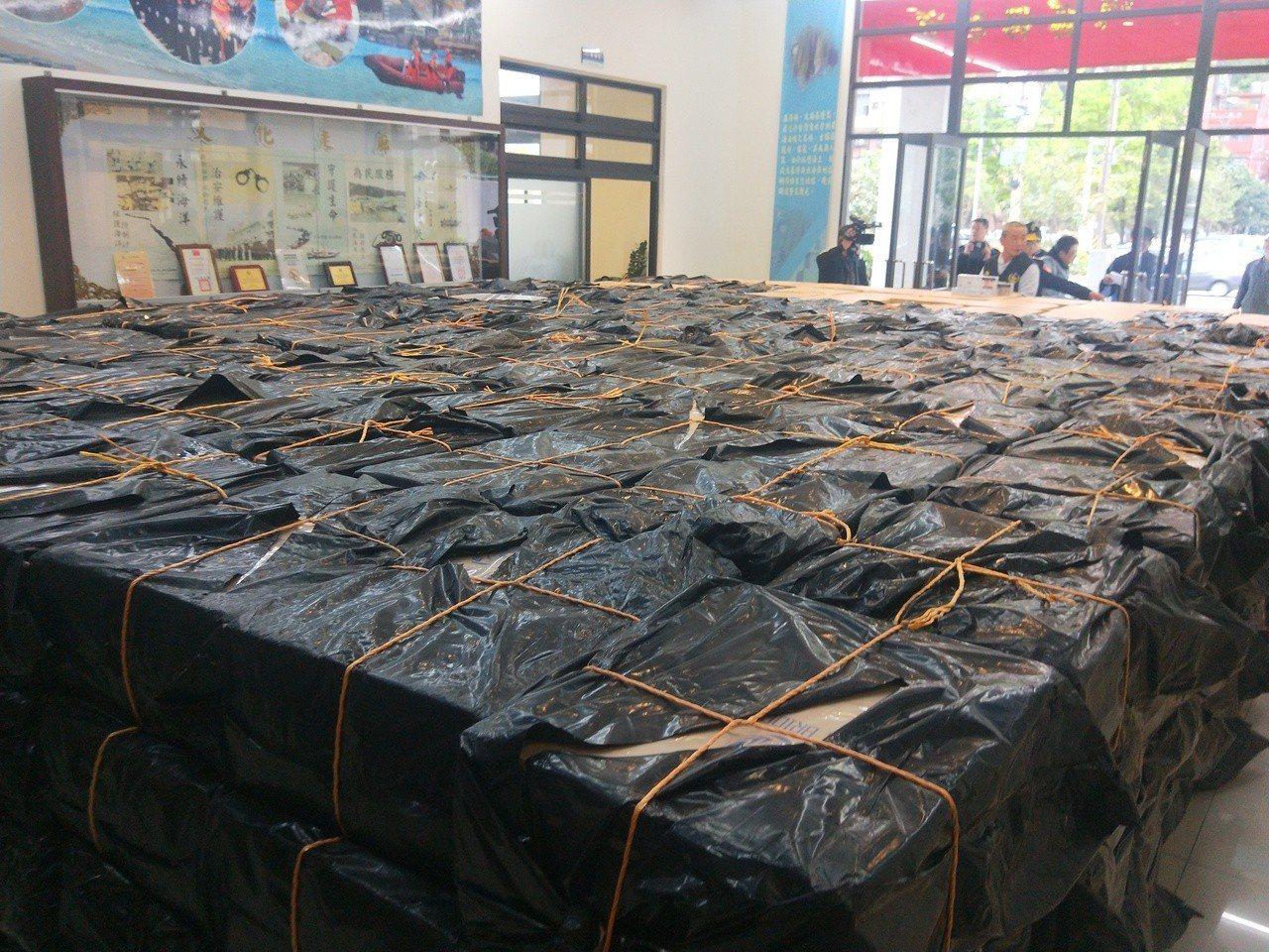 海巡查獲600箱私菸,市價2千多萬元。記者游明煌/攝影