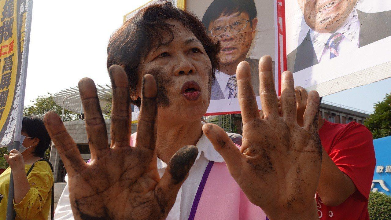 高市小港區鳳鼻頭居民洪秀菊拿起煤灰抹在臉上,「這就是我們的生活日常」。記者劉星君...