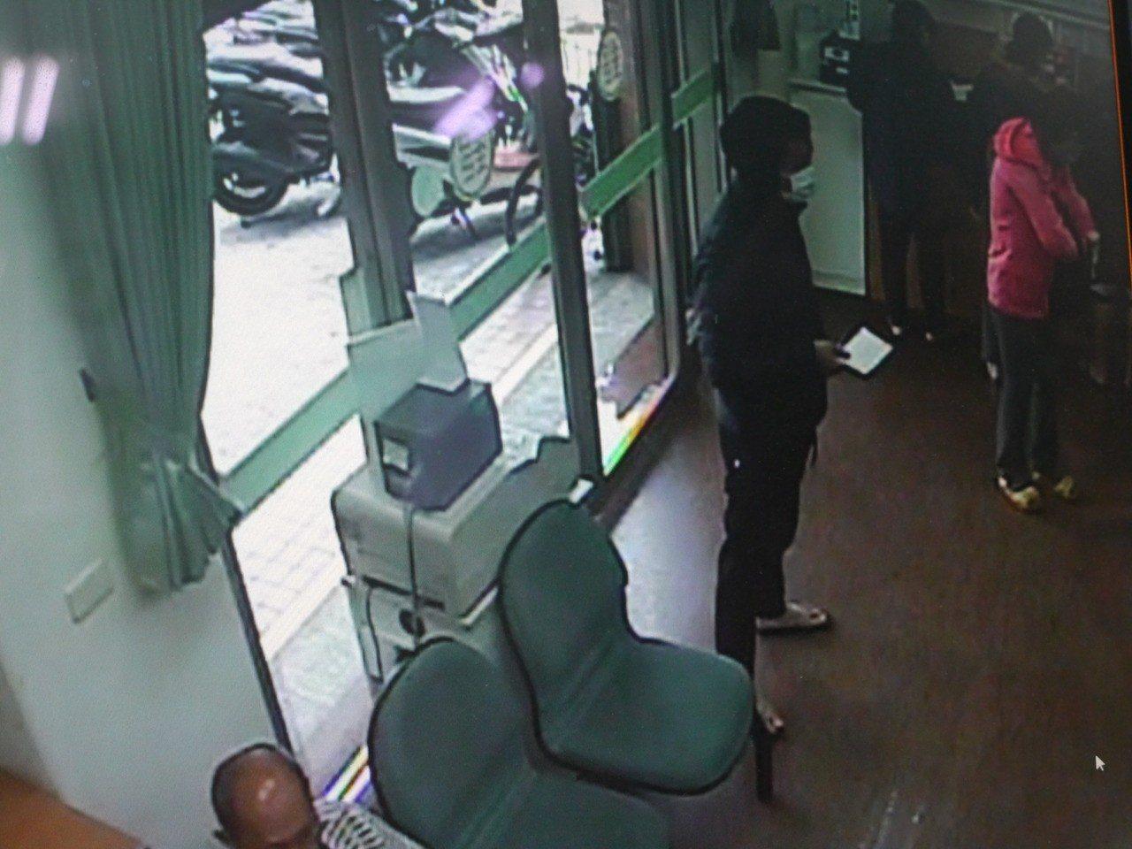 劉姓嫌犯進入郵局找尋下手對象。記者徐白櫻/翻攝