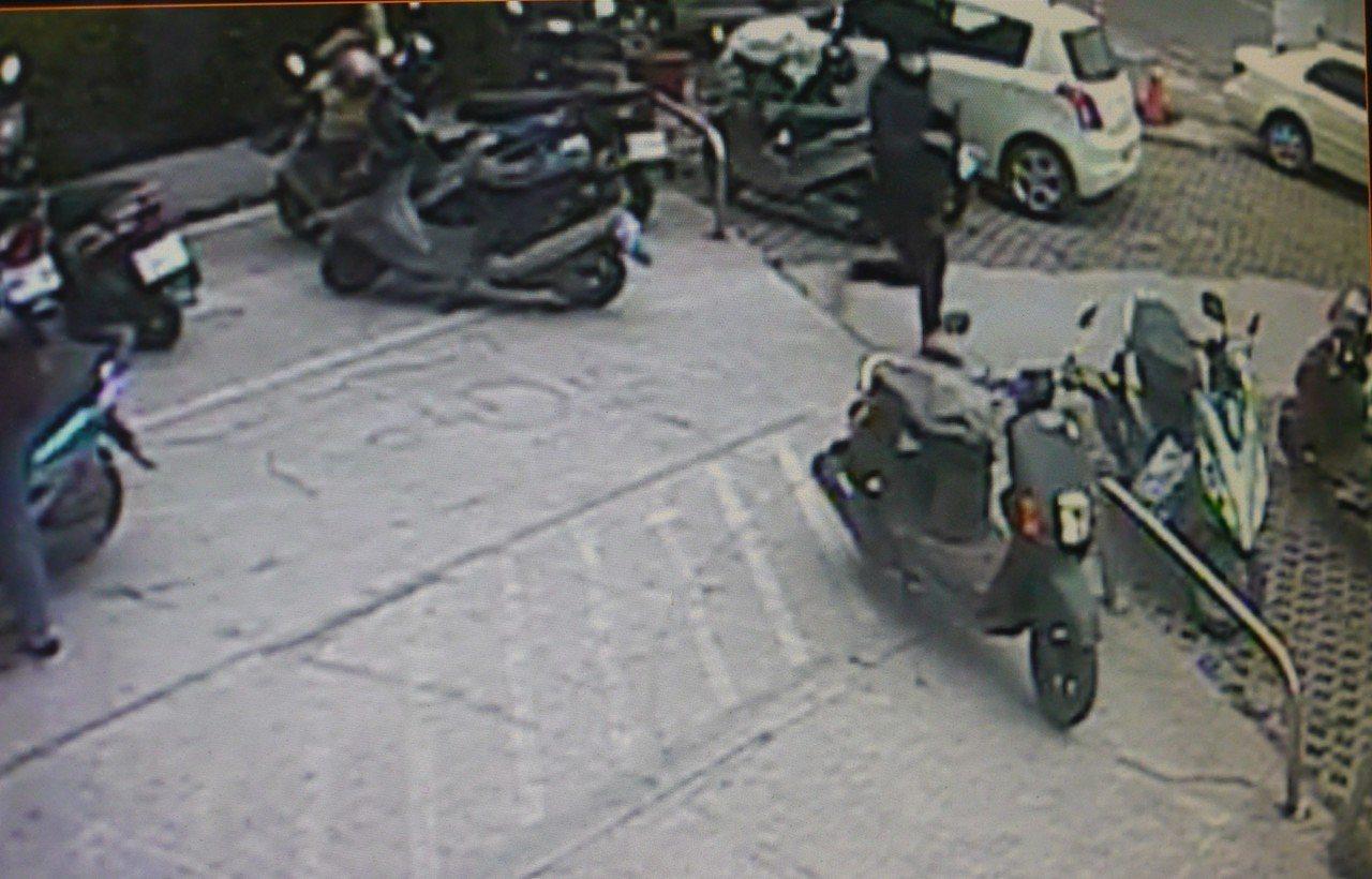搶匪在郵局門口搶走被害人裝錢的側背包。記者徐白櫻/翻攝
