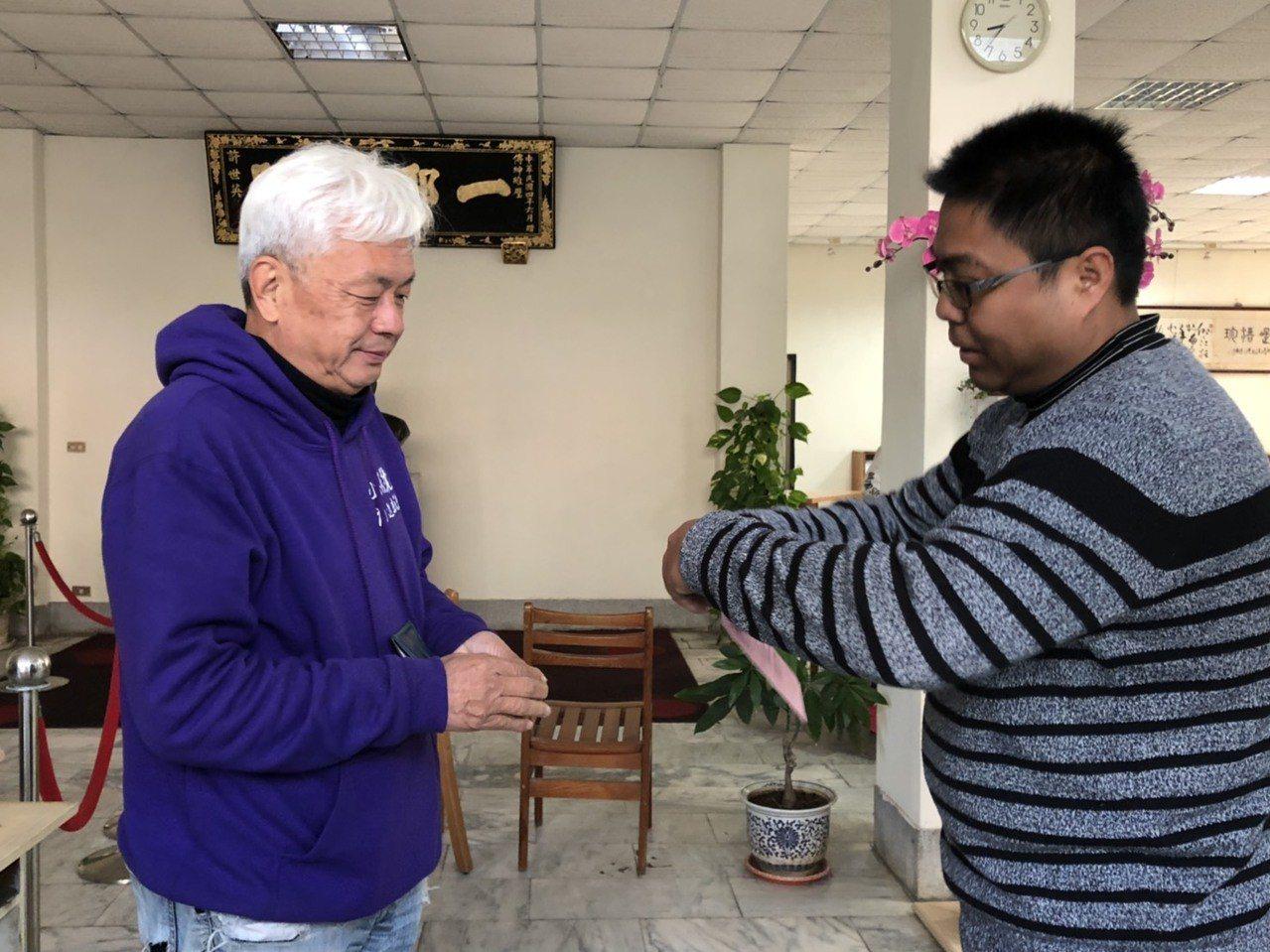 無黨籍金門立委候選人陳滄江今天一早就去投票,擔憂選情冷。記者蔡家蓁/攝影