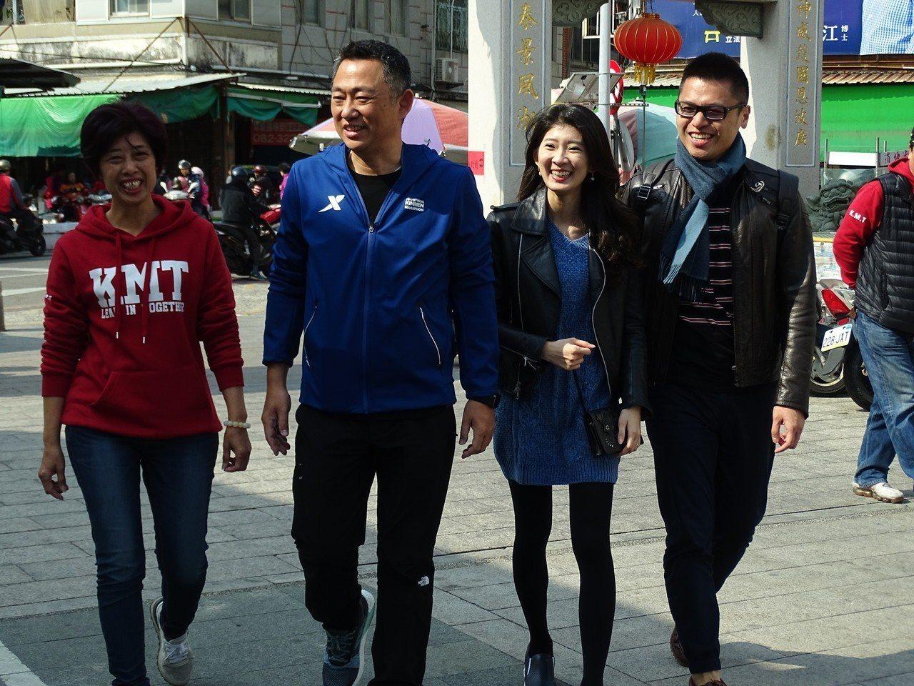 國民黨徵召的候選人洪麗萍(左一)今天先到大金門陪同縣長楊鎮浯(左二)投票。記者蔡...