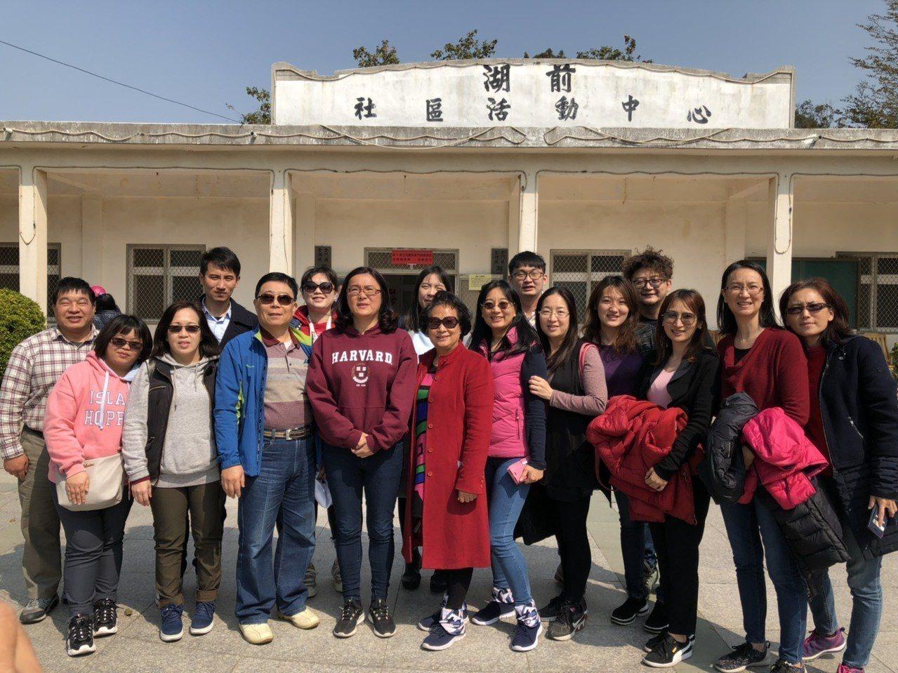 無黨籍候選人陳玉珍則在媽媽與全家10多人的陪同下來到投開票所投票,陣容龐大。記者...