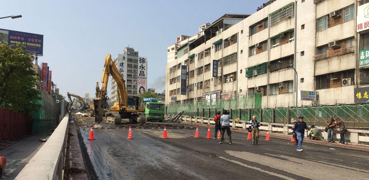 興建至今44年的高雄市大順陸橋,今天上午開始拆除,預計一個月內完成平面道路闢建。...