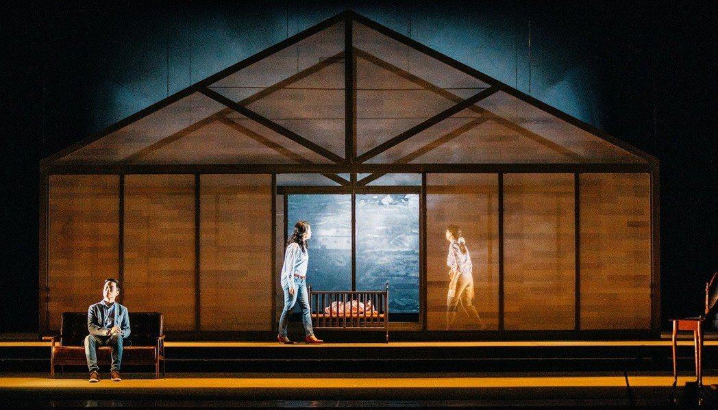舞台劇「時光の手箱:我的阿爸與卡桑」結合舞台實景和紀實影像,發展出穿越時空的敘事...