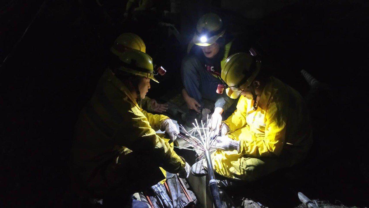 基隆站出口400公尺處電纜線槽昨天凌晨2點40分發生火警,導致基隆站號誌故障,台...