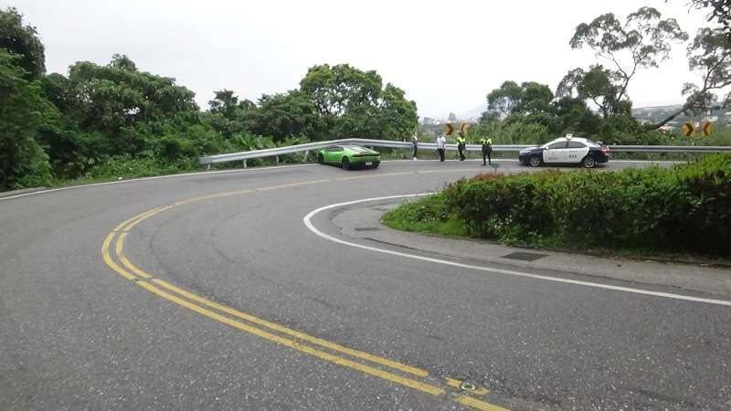 台九線北宜公路67.5公里處彎道,今天上午8點47分發生撞車,一輛市價上千萬元、...