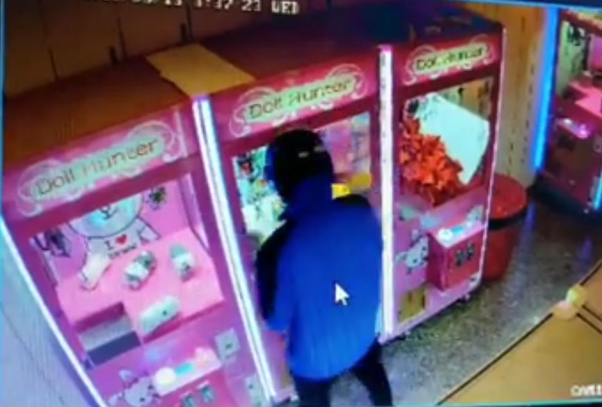 屏東恆春和墾丁夾娃娃機店遇到專門竊取高價值藍芽喇叭的「磁吸大盜」,利用夜深人靜的...