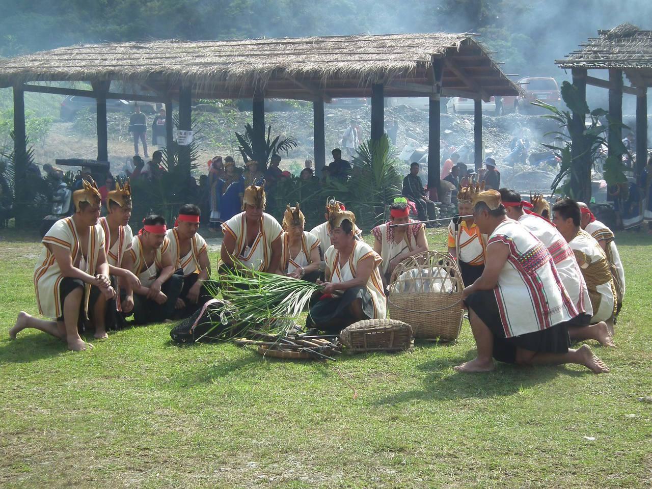 台東延平鄉武陵部落今天舉辦台東布農族年度首場重要節慶「射耳祭」,透過祭儀表演與大...