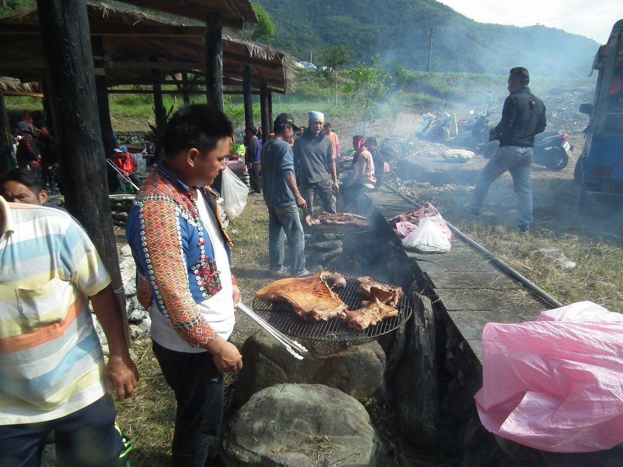 族人也將宰殺的豬肉,在現場火烤,並分享給一位親朋好友,以及遠到的好朋友。記者尤聰...