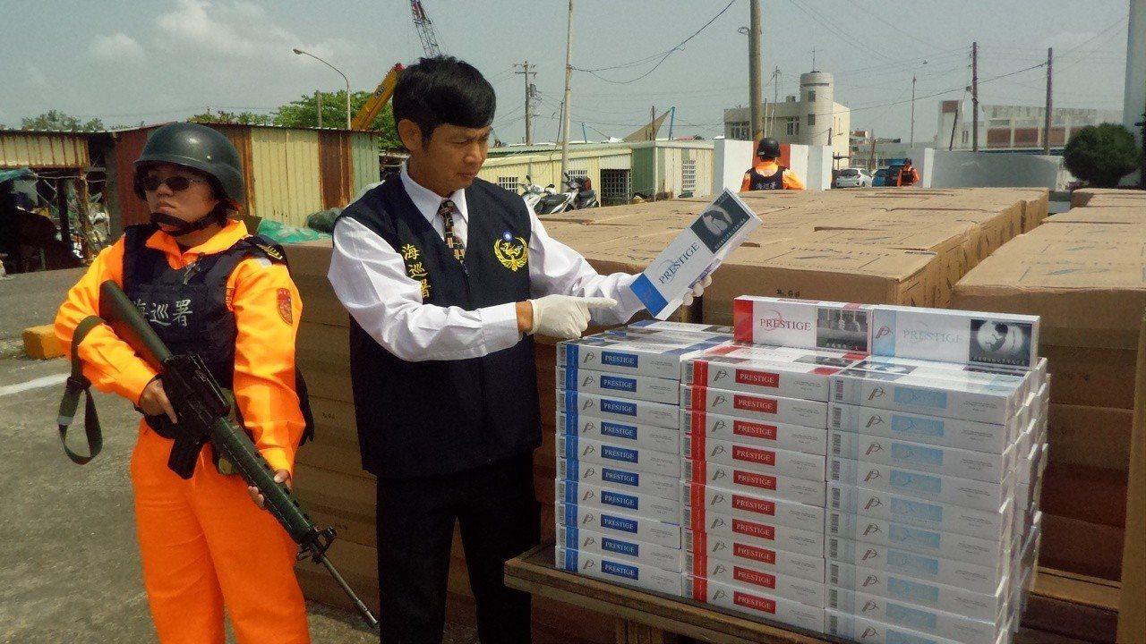 海巡署高雄查緝隊等單位在金財億漁船上查獲私菸。記者林保光/攝影