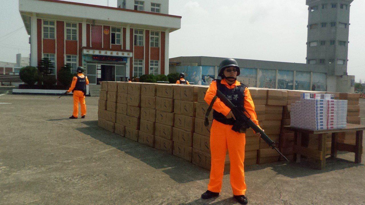 海巡署高雄查緝隊等單位在漁船查獲私菸。記者林保光/攝影