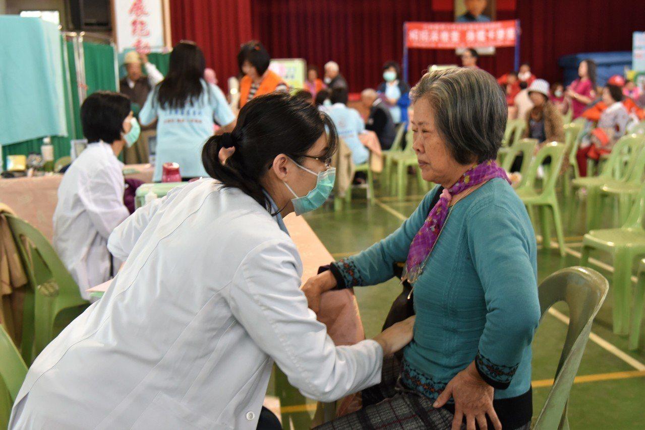 雲林縣政府今年將舉辦25場次「相招來檢查、身體卡麥差」整合性社區健康篩檢服務,希...