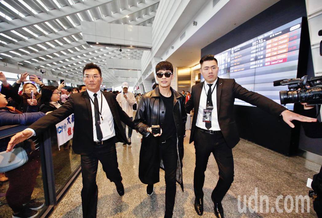 韓星成勛中午抵台,成勛穿著一身黑,在入境大廳約有超過50名粉絲尖叫迎接,隨後在保...