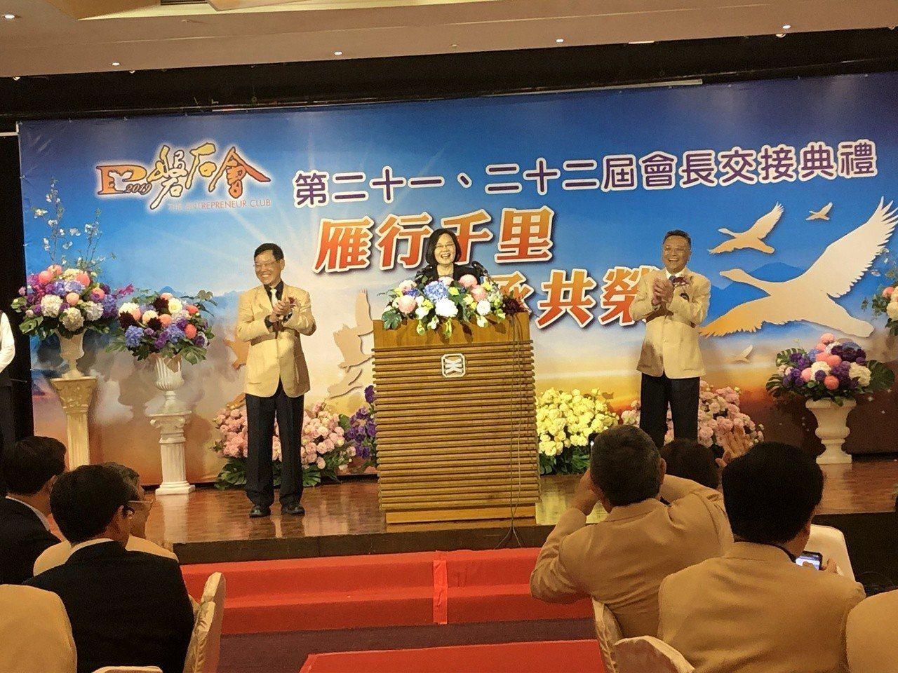 總統蔡英文(中)表示,企業對台灣的投資就是代表對台灣的信心,她當場宣布,自行車及...