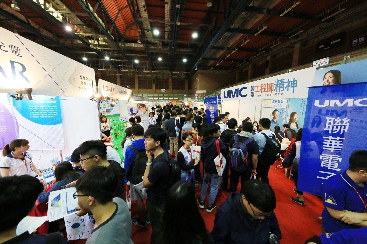 「2019年高屏地區就業博覽會」在中山大學登場,釋出8千多個職缺,參加者眾。圖/...