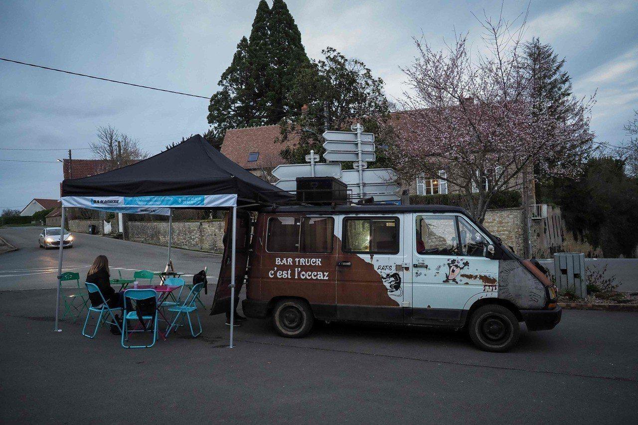 持有販酒執照的男子謝里耶開廂型車巡迴法國人口流失的小村,提供居民社交機會。法新社