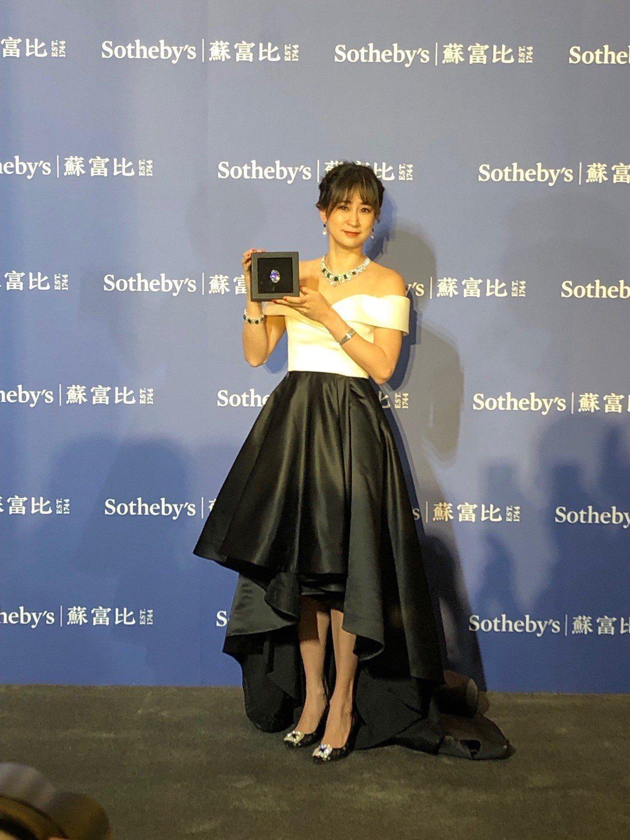 名媛李晶晶展演價值逾3.5億的88克拉橢圓形美鑽及多件蘇富比春拍的珠寶鐘表拍品。...