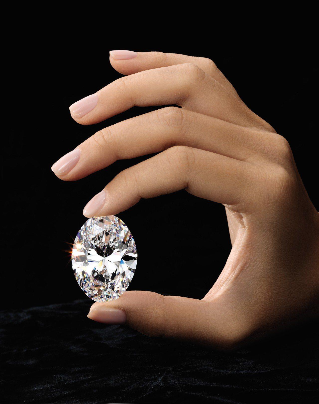 蘇富比香港春拍的焦點之一為一顆88.22克拉完美無瑕橢圓形巨鑽,估價約3.5億元...
