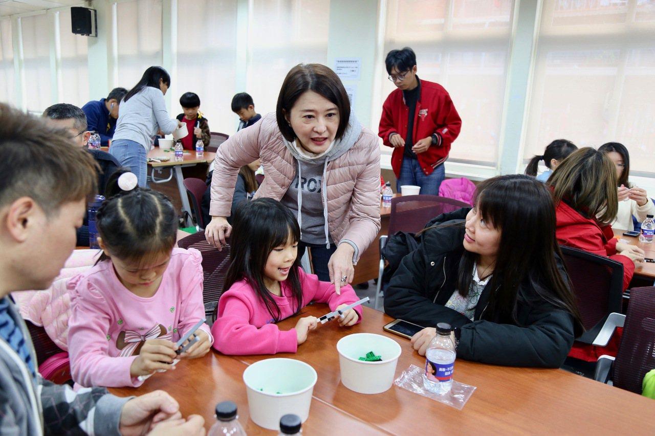 投入立委初選的台北市議員王鴻薇(前排右2)辦理「親子樂高創意教室」3年多,她今天...