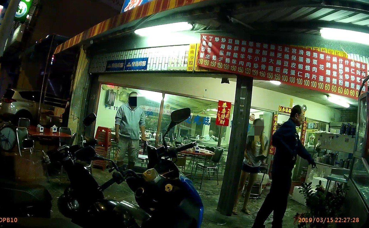 警方據報海產店發生鬥毆事故,趕到場處理。記者林保光/翻攝