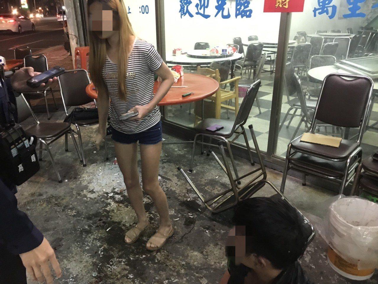 2朋友為付帳起衝突,海產店前一片狼藉。記者林保光/翻攝
