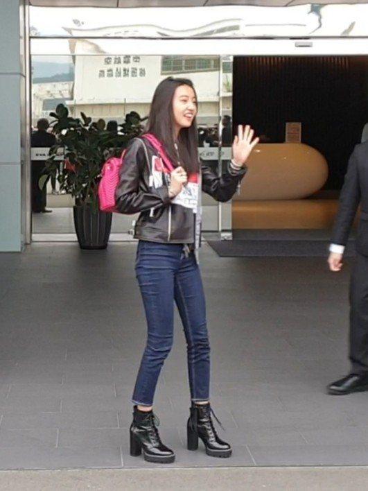 木村光希下車後向媒體揮手。記者李姿瑩/攝影
