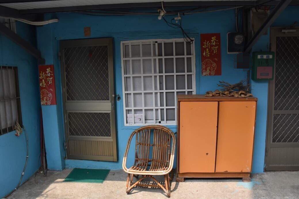 陳姓男子持槍朝民宅開槍,大門及門邊牆壁各留有1個彈孔。圖/記者胡蓬生翻攝
