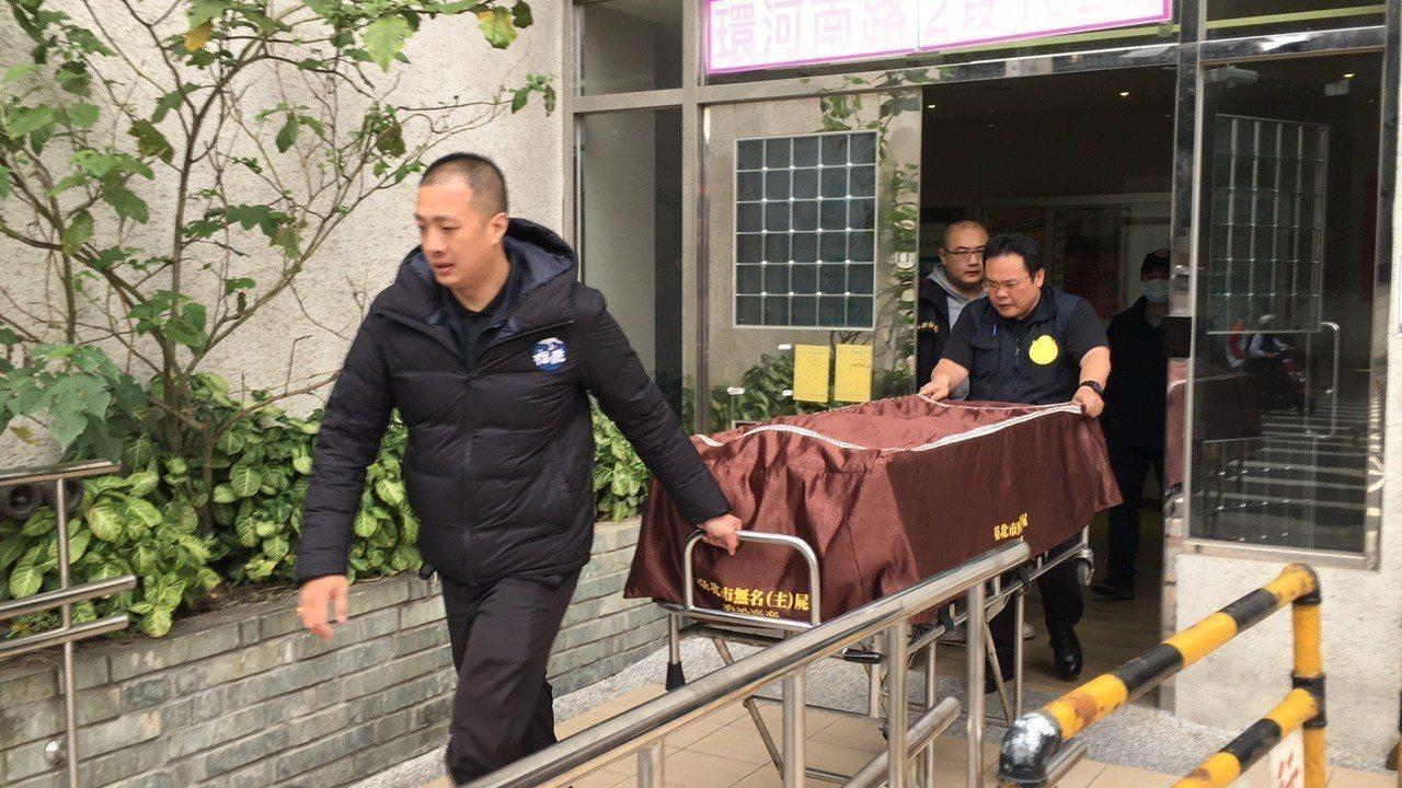 北市萬華2男械鬥 ,1人腹部受刀傷當場死亡。記者李隆揆/翻攝