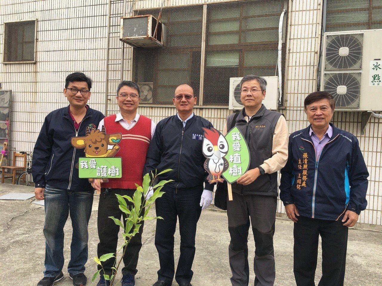 台中市清海國中今天在校內舉辦植樹活動,台中市議長張清照(中)親自到場植樹。記者余...