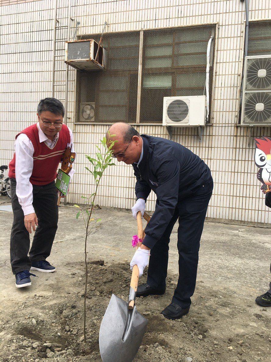 台中市清海國中今天在校內舉辦植樹活動,台中市議長張清照親自到場植樹。記者余采瀅/...
