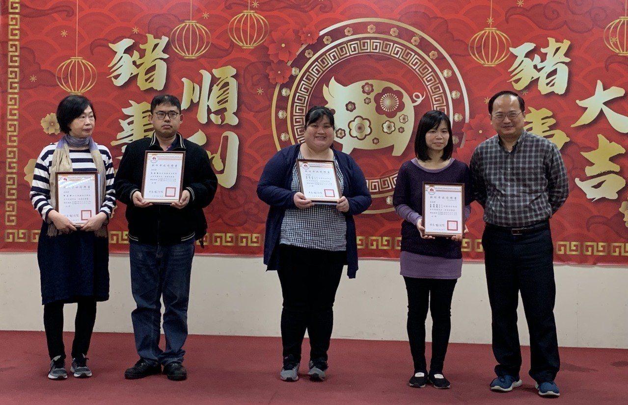 新竹縣市今年有4戶寄養家庭完成訓練與審查合格,特別的是其中有一對兄妹翁林敬(左二...