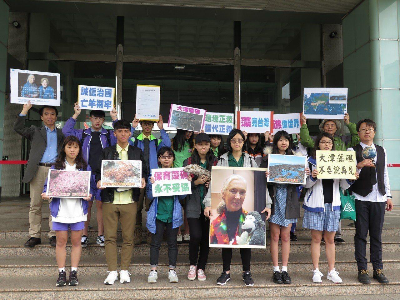 台灣珍古德協會轄下首個跨校性的環保社團「珍覺醒-珍古德看見台灣環保隊」成員囊括北...