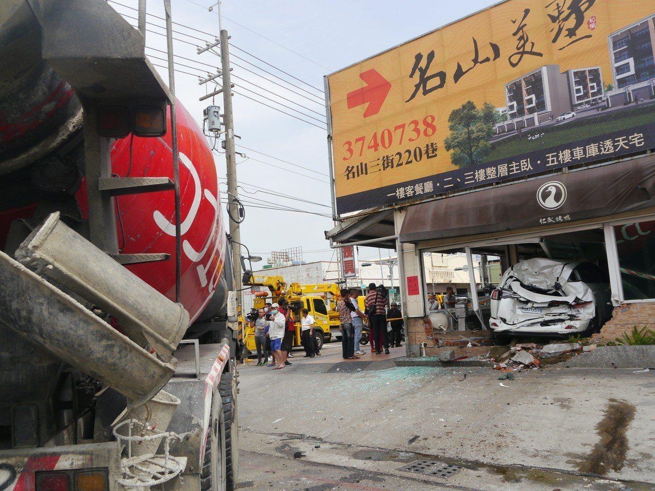 一輛預拌混凝土車失控衝撞多車,其中一輛休旅車撞入烤鴨店。記者徐白櫻/攝影