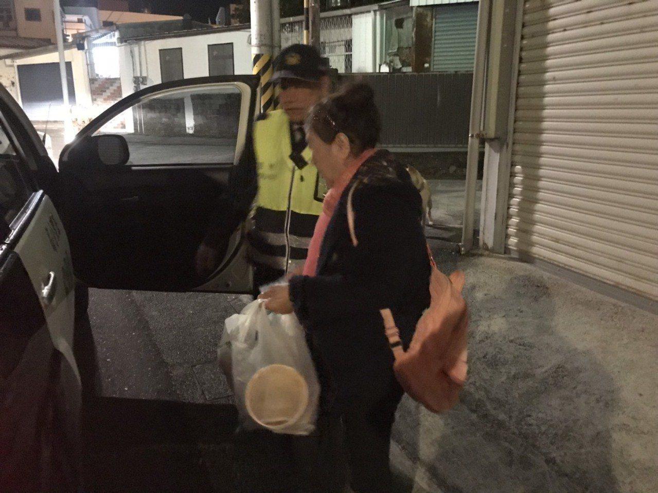 警方護送張姓老婦返家。圖/記者余衡翻攝