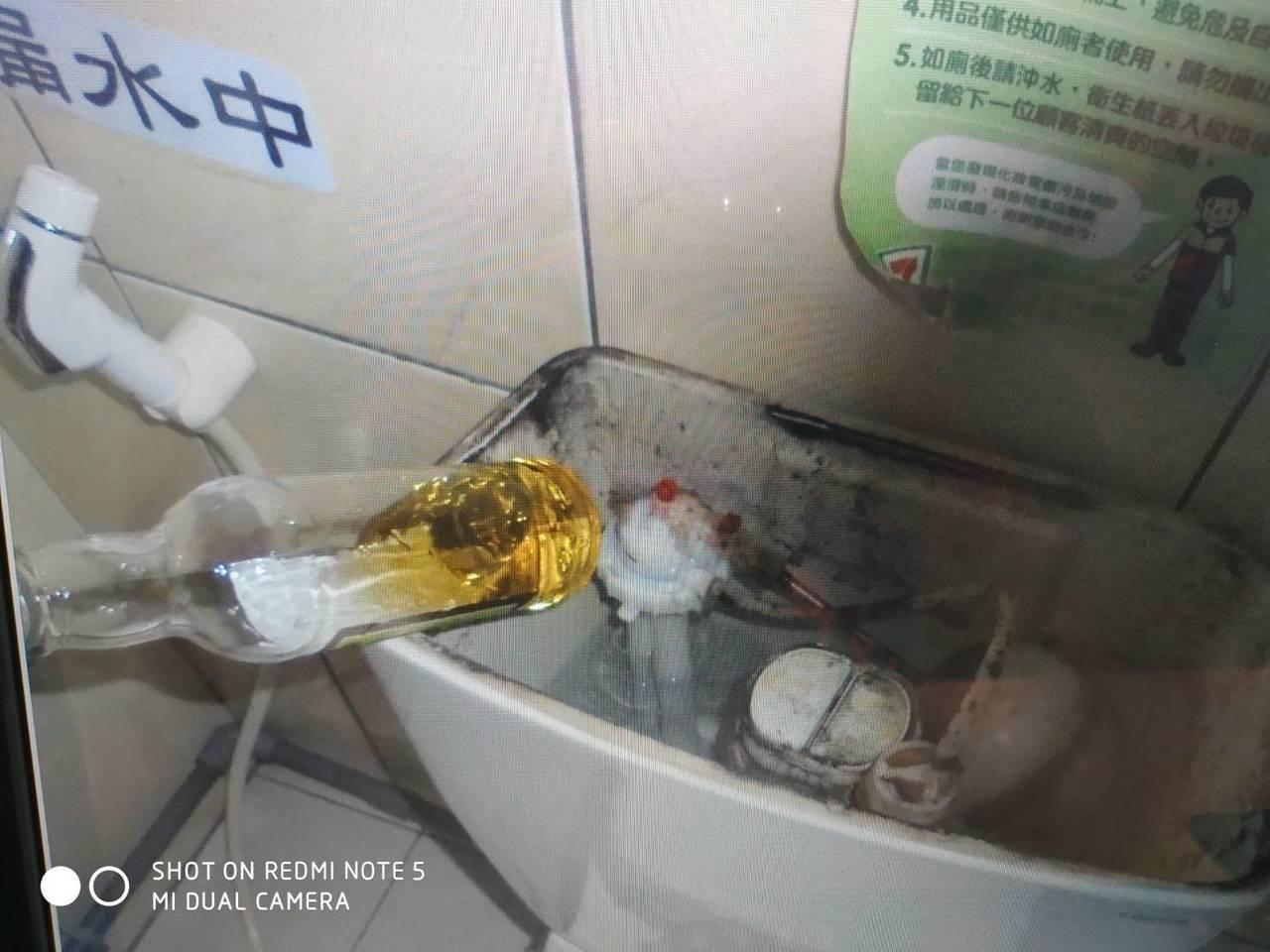 警方到場後,果然在馬桶水箱內,找到已經被開封、喝掉3分之2的竹葉青。圖/警方提供