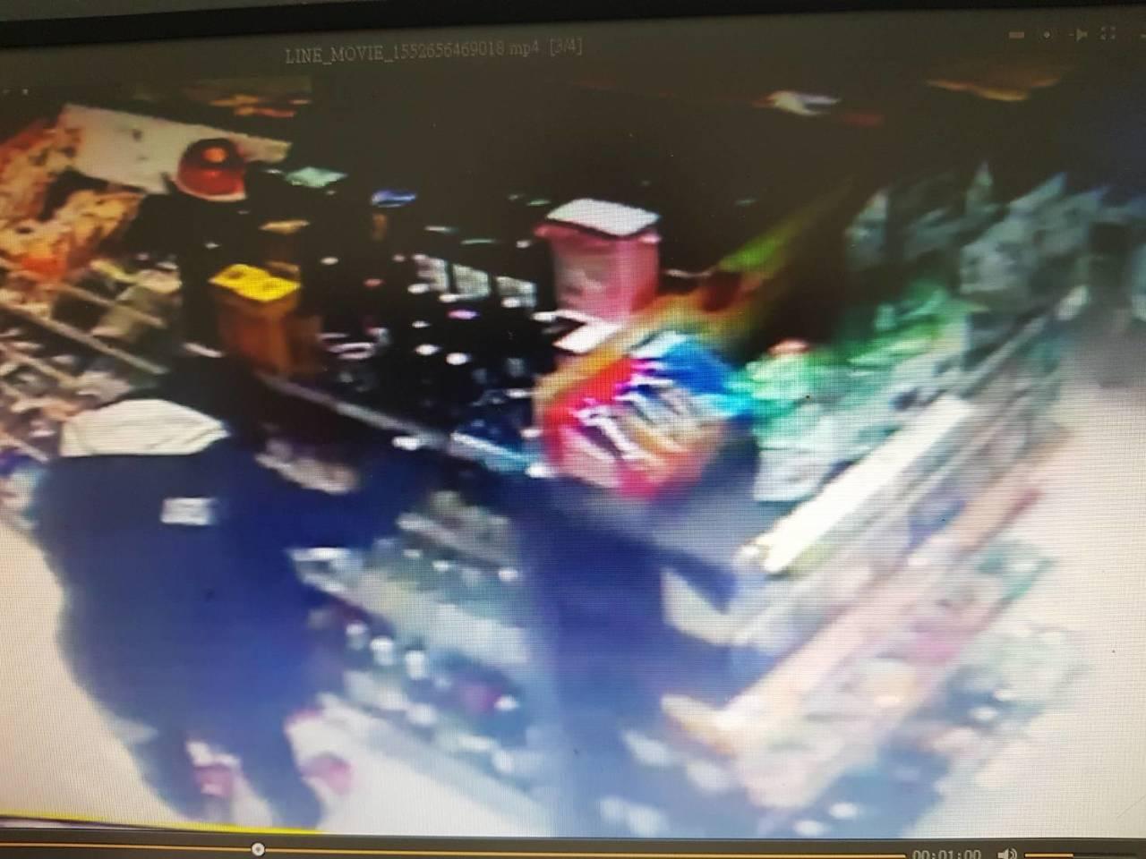 警方調閱店內監視器確認黃男的確有拿酒,隨即走進廁所,離開時卻兩手空空。圖/警方提...