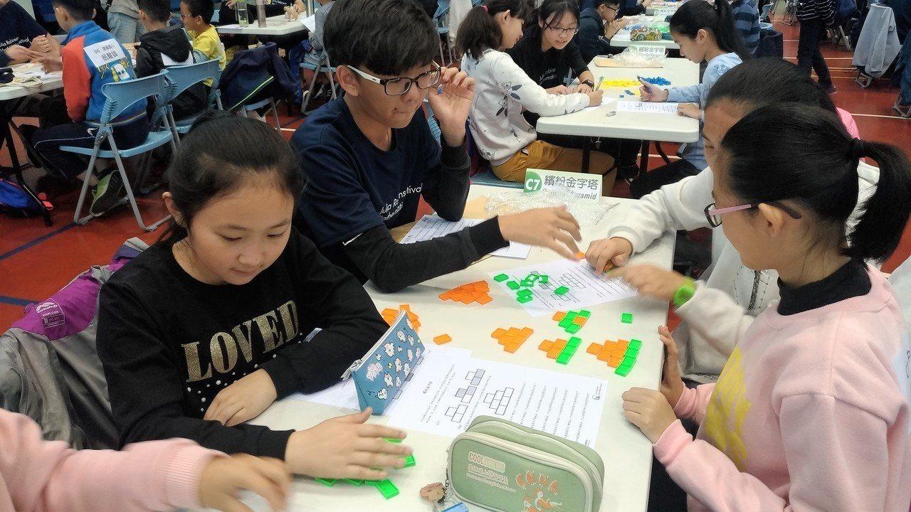 參加活動的學生分組,認真地思考,在遊戲中領略並學習數學概念。圖/苗栗縣政府提供