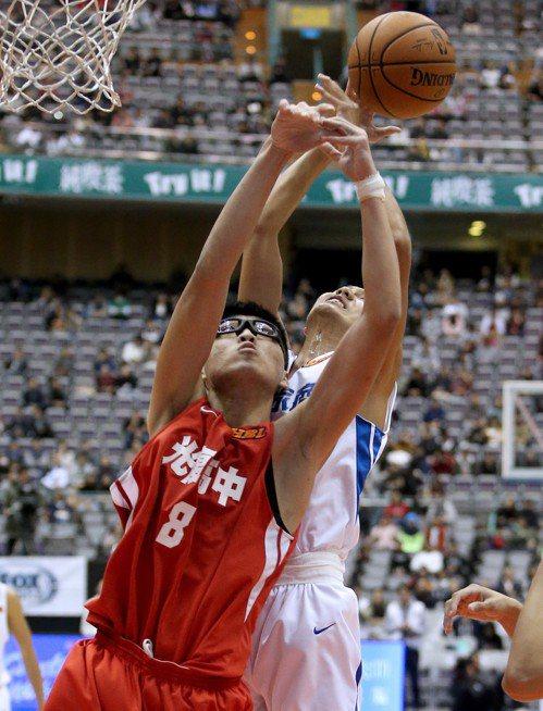 光復喬楚瑜(前)今天拿下9分、16籃板、3抄截。記者余承翰/攝影