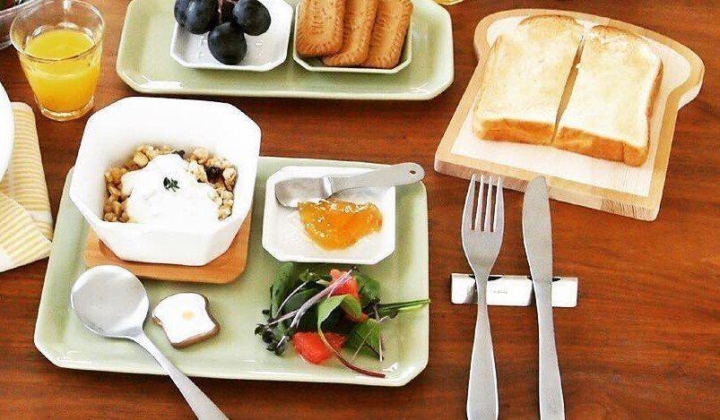 NATURAL KITCHEN木製吐司盤,售價150元;荷包蛋吐司造型筷架,售價...