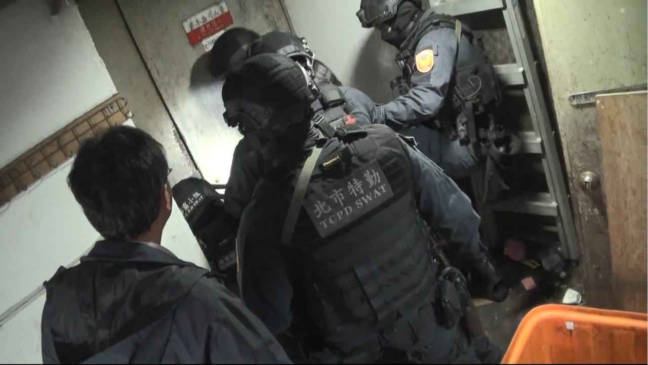 台北市警方經長期埋伏,於今(16)天上午6時持票攻堅破門。記者李隆揆/翻攝