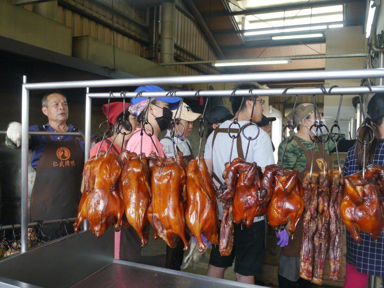 烤好準備銷售的全鴨。記者徐白櫻/攝影