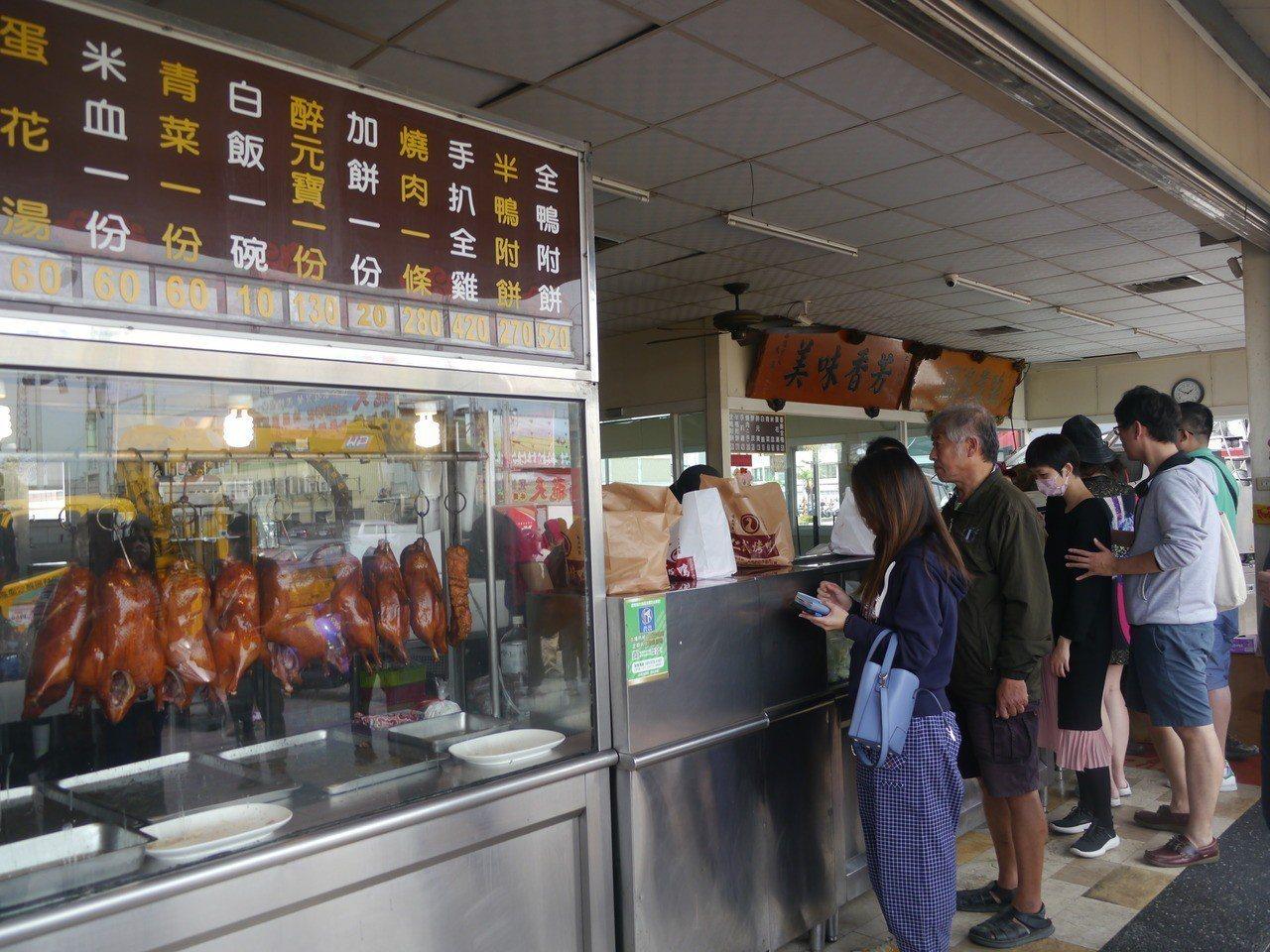 仁武烤鴨是高雄名店,排隊人潮絡繹不絕。記者徐白櫻/攝影