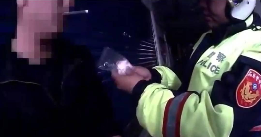 蕭男是男兒身胸部卻鼓起一大包,引警注意,原來暗藏19包毒品。圖/警方提供